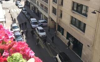 Spari fuori da un ospedale a Parigi: un morto e un ferito grave, è caccia all'uomo