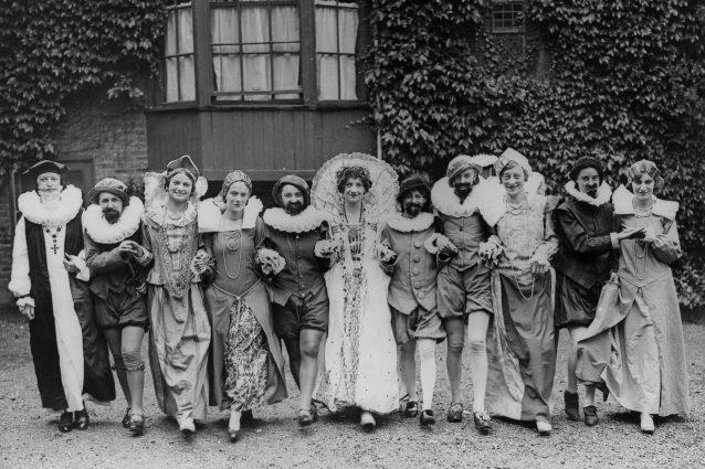 Studenti di recitazione in costumi elisabettiani. Circa 1940