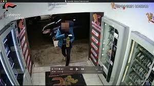 Catania, il distributore non gli eroga il gelato: lui per vendetta dà fuoco all'intero locale