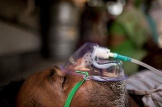 Covid, l'India sta soffocando: 380mila contagi al giorno, non si trova più ossigeno per i malati