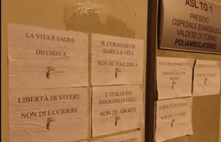 """Torino, manifesti anti aborto affissi da militanti di Aliud sui muri degli ospedali, Pd: """"Indecente"""""""