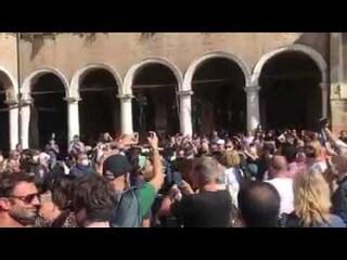 Modena, circa 300 'no mask' in piazza, sanzioni e insulti. In Emilia altre mille casi e 30 morti