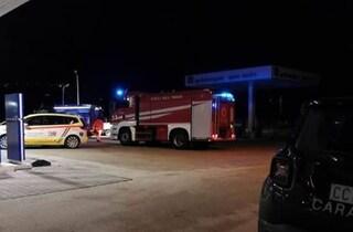 Si cosparge di benzina e si dà fuoco al distributore, 26enne gravissimo a Biella