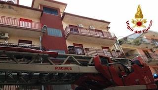 Tragico incendio in casa ad Aci Catena: muore la mamma, figlio intossicato