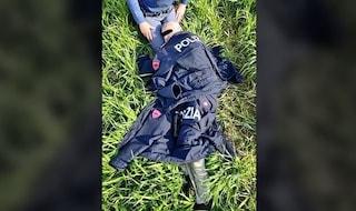 Anziano si perde e rischia di morire congelato: poliziotta lo salva coprendolo con la sua divisa