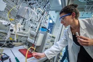 La scienza ci farà uscire dalla pandemia, ma il Pnrr di Draghi riduce i fondi alla ricerca