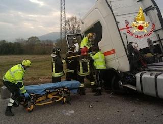 Schianto frontale contro un tir a Pieve di Soligo: morto giovane automobilista, traffico in tilt