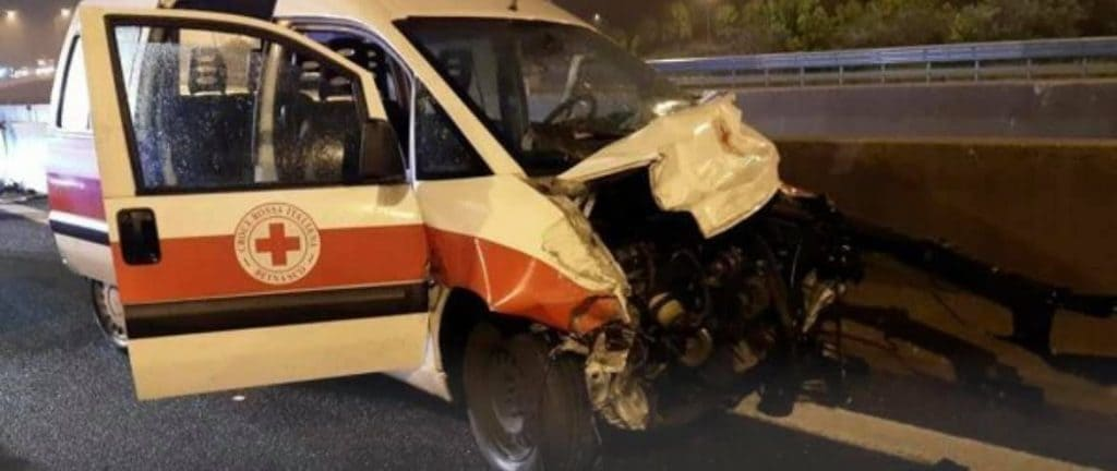 Il mezzo della Croce Rossa incidentato (Facebook)