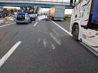 Incidente sulla A11, camion sfonda il new jersey in cemento e si ribalta su due corsie