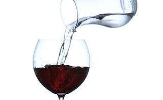 Togliere l'alcol dal vino ed aggiungere acqua: la proposta di Bruxelles fa assai discutere