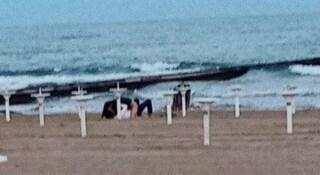 Jesolo, coppia di 20enni travolta dalla passione: fa sesso in spiaggia tra gli applausi della gente