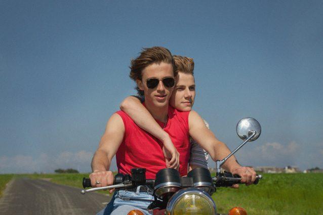 """""""Estate '85"""", tra nostalgia e sentimento l'amore tra due ragazzi diventa universale"""