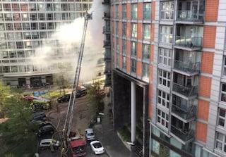 Londra, spento l'incendio nel palazzo di 19 piani. Solo tanta paura per i residenti