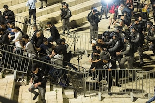 Seconda notte di scontri a Gerusalemme, cento palestinesi feriti: Israele risponde a razzo da Gaza