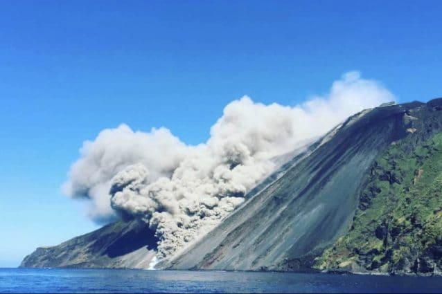 Stromboli, forte eruzione in corso: la colata lavica arriva in mare, fumo visibile a chilometri