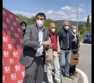 """Fratoianni (Sinistra Italiana) davanti alla Gsk di Rosia: """"Si produca qui il vaccino anti-Covid"""""""