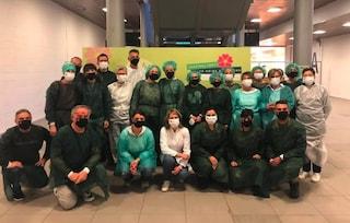 Mentre attende il vaccino prepara 50 mascherine ricamate a mano per i sanitari