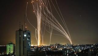 Decine di morti sotto le bombe a Gaza, razzi di Hamas su Tel Aviv: cosa sta succedendo tra Israele e Palestina