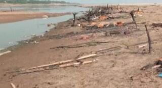 India, centinaia di corpi sulle rive del Gange e nel fiume: prezzi di riti funebri e legna triplicati