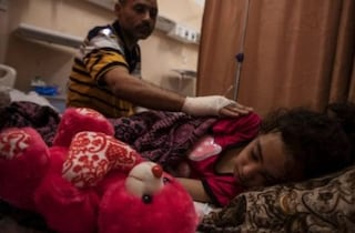 Suzy, la bimba estratta dalle macerie di Gaza che ha scoperto di aver perso quasi tutta la famiglia