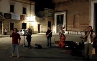 """Il prete interrompe il gruppo che canta Bella Ciao sul sagrato del Duomo: """"Qui né rosso, né nero"""""""