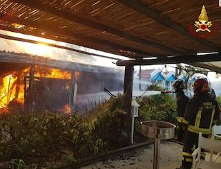 Forte dei Marmi, incendio devasta lo storico stabilimento balneare Gilda: danni ingenti
