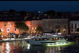 Per i ricchi il Covid è già un ricordo: nessun distanziamento o mascherine a festa del super yacht