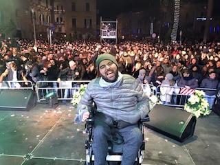 """Alessandro, cantante affetto da SMA, non smette di sognare: """"Vorrei andare a Sanremo da concorrente"""""""