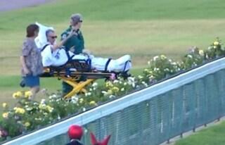In fin di vita chiede di vedere gara di cavalli per l'ultima volta, paramedici lo portano in barella