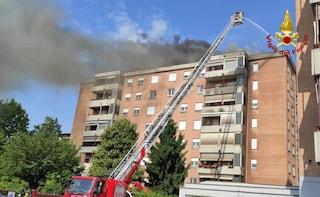 Collegno, grosso incendio sul tetto di una palazzina: evacuato l'intero stabile