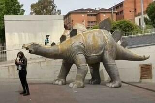 Spagna, ritrovato il cadavere di un uomo di 39 anni all'interno di un dinosauro di cartapesta