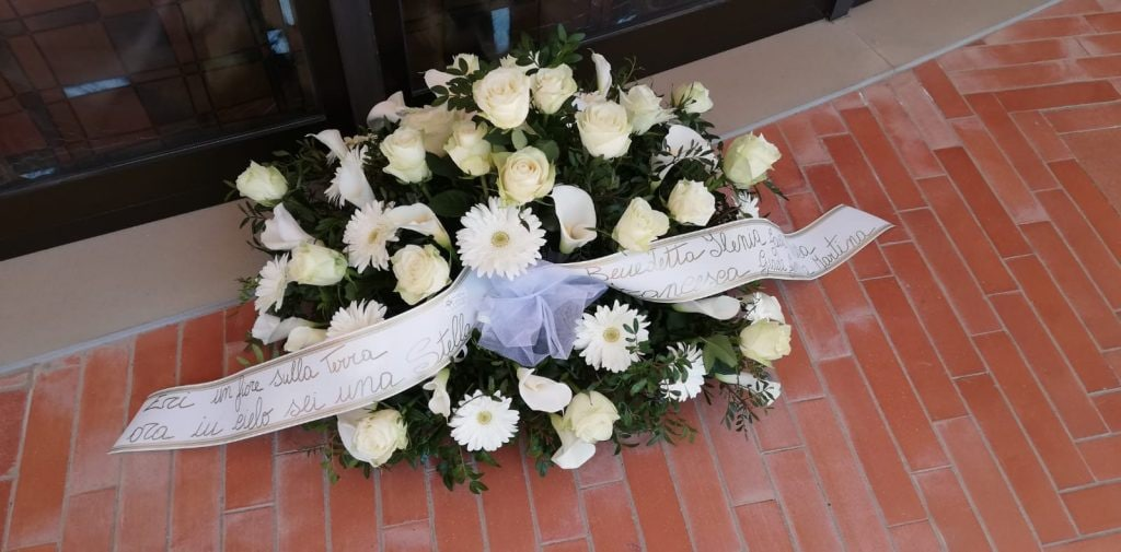 I fiori lasciati per Luana D'Orazio