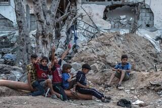 """L'inferno di Gaza raccontato da Aisha, sopravvissuta ai bombardamenti: """"Così qui si muore"""""""