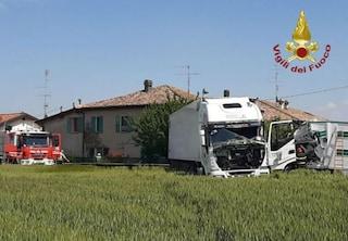 Modena, schianto frontale tra tir a Spilamberto: muore camionista di 36 anni
