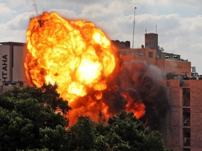 Una palla di fuoco travolge un edificio a Gaza