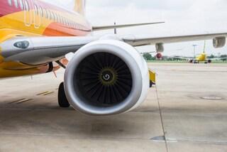 """Lancia monete nel motore dell'aereo. Fermato un passeggero: """"Volevo ingraziarmi la fortuna"""""""
