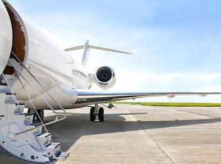 """Atterra a Trapani in jet privato: """"Devo operarmi"""". A bordo nascondeva armi e droga: arrestato americano"""