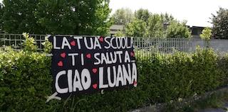 """L'addio a Luana D'Orazio, applausi in chiesa: """"Lei simbolo dei corpi straziati sul lavoro"""""""