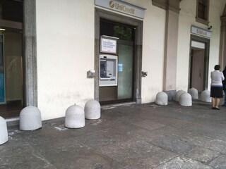 Torino, crociata in centro contro i senzatetto: blocchi da un quintale per non farli dormire