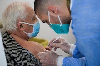 Covid, l'Aifa dà l'ok al mix di vaccini anche agli over 60 dopo le reazioni avverse con AstraZeneca