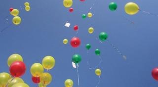 Trento, se liberi palloncini in aria è come se abbandonassi rifiuti in strada: multa fino a 100 euro