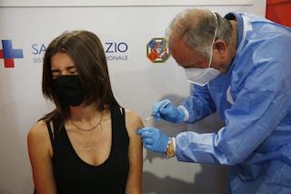 """Vaccini Astrazeneca e J&J ai giovani, medici e scienziati contrari: """"Sbagliato e pericoloso"""""""
