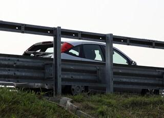 Ubriaco, litiga con la moglie e la abbandona in autostrada: poi scappa in auto col figlio