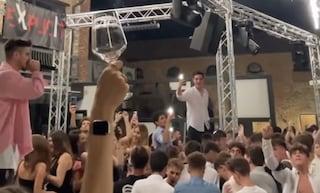 Piacenza, locale sfida i divieti: centinaia di giovani ballano assembrati e senza mascherina