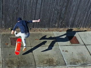 Incidente Pisa, travolto da un'auto in sorpasso mentre è sullo skateboard: Lorenzo muore a 16 anni