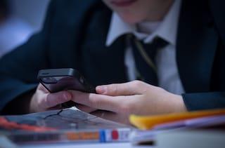 """Nel Regno Unito vogliono vietare l'uso dei telefonini a scuola: """"Effetti dannosi sui giovani"""""""