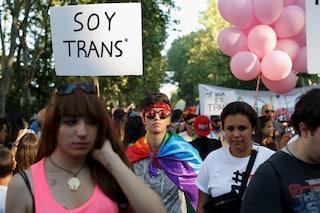 """Spagna, governo dice sì alla """"legge Trans"""": si potrà cambiare sesso dai 14 anni senza cure ormonali"""