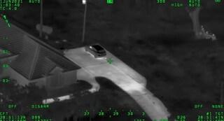 Una 14enne e un 12enne scappano dalla casa famiglia, rubano pistole e mitra e sparano alla polizia
