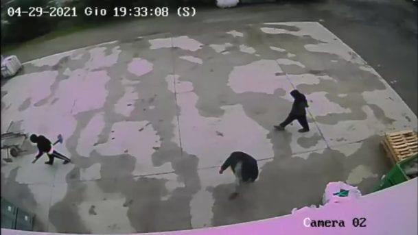 Tre persone inquadrate dalle telecamere di sorveglianza la sera del 29 aprile