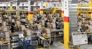 Incolla oggetti al petto e alle gambe per rubarli: operaio Amazon fa sparire merce per 11mila euro
